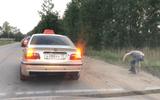 """Video: Tài xế taxi """"quẳng"""" khách ra đường vì ném rác bừa bãi"""