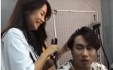 Giữa tin đồn người thứ ba, An Nguy thản nhiên làm tóc cho Kiều Minh Tuấn, cả hai cười đùa vui vẻ