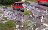 Video: Xe tải lật giữa đường, hàng tấn cá chảy như suối trên quốc lộ