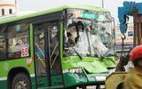 TP.HCM: Đâm xe liên hoàn trước hầm chui An Sương, xe buýt nát đầu