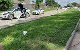 Tin thế giới - Hi hữu: Ô tô Tesla bị máy bay đâm trúng, tài xế vẫn bình yên vô sự