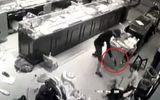 Tin tức - Chủ tiệm vàng chống trả quyết liệt nhóm cướp: Thu được súng tại hiện trường