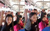"""Tin tức - Thiếu nữ xinh đẹp và """"sáng kiến"""" tay cầm trên xe buýt khiến dân mạng phì cười"""