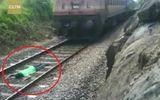 Tin tức - Clip: Thót tim nam thanh niên nằm trên đường ray để tàu hỏa chạy qua