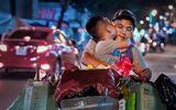 Từ bức ảnh gây bão mạng tới đời thực của hai mẹ con cậu bé trên chiếc xe chở đầy ve chai