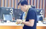 Tin tức - Xôn xao người đàn ông đeo 8kg vàng trên người đi mua điện thoại