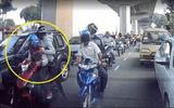Video: Cướp đi xe máy đập vỡ kính ô tô, giật túi xách trong 3 giây