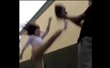 """Video: Gặp đúng nữ cao thủ võ thuật, 4 tên cướp ôm """"quả đắng"""""""