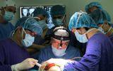 Y tế - Chuyên gia đầu ngành Vương quốc Anh phối hợp BV Việt Đức vi phẫu cho bệnh nhân