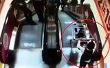 Tin tức - Video: Thót tim cảnh cậu bé cho xe chở em trai trôi tự do ở thang máy