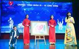 Doanh nhân Lê Thị Tuyết đấu giá từ thiện bức tranh của họa sĩ Lê Phương tại lễ công bố Hội thi Tiếng hát Người Khuyết tật lần 2