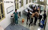 Đang cấp cứu, bệnh nhân vẫn bị nhóm côn đồ lao vào hành hung