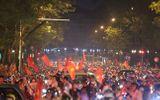 Hàng triệu CĐV đổ ra đường ăn mừng đội tuyển Việt Nam tiến thẳng trận chung kết AFF Cup