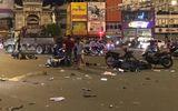 """Video: Tai nạn khi đi """"bão"""" mừng chiến thắng, 2 nạn nhân ngã văng giữa đường"""
