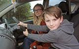 Tin tức - Mẹ bất ngờ ngất xỉu khi đang lái xe và hành động phi thường của cậu bé 8 tuổi