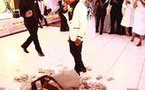 Tin tức - Nam ca sĩ đổ tiền tỷ xuống sàn nhà mừng đám cưới mẹ
