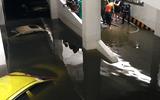 """Máy bơm chạy hết công suất cứu loạt xế hộp tiền tỷ """"đuối nước"""" ở chung cư Hoàng Anh Gia Lai"""