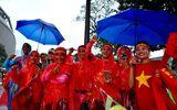 Bất chấp trời mưa hàng nghìn người hâm mộ đổ về sân Bukit Jalil cổ vũ đội tuyển Việt Nam