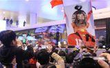 Tin tức - CĐV vây kín sân bay Nội Bài chào đón thầy trò HLV Park Hang-seo trong đêm