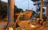 Chở hàng quá khổ, xe container húc đổ cabin trạm thu phí BOT Tân Đệ trong đêm