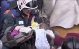 Video: Bé trai 11 tháng tuổi sống sót kỳ diệu sau 35 giờ vùi lấp dưới trời -20 độ