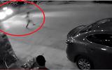Video: Thót tim cảnh bé trai chạy trước đầu ô tô để đuổi theo quả bóng