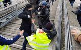Giới chức Pháp phẫn nộ vì võ sĩ tấn công cảnh sát trong cuộc biểu tình lại được ủng hộ tiền