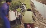 Phát hiện vợ chồng trưởng thôn liên tiếp đổ chất thải bẩn xuống kênh tưới tiêu