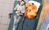 Xúc động mạnh trước hình ảnh cha nhường chăn cho con nhỏ ngủ ngon lành trên vỉa hè Hà Nội