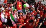 Ngắm dàn mỹ nữ khoe sắc trên khán đài trận Việt Nam - Iran