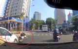 """Video: Tạt đầu ô tô, nữ """"quái xế"""" nhận cái kết thảm"""