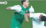 """Video: Đặng Văn Lâm vỗ lưng khiến cầu thủ Jordan ngã """"sấp mặt"""" gây """"sốt"""" cộng đồng mạng"""