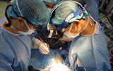 Cứu sống bé trai 10 tuổi suy tim nặng do bị vi khuẩn ăn mòn van tim