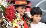 Bố mẹ cầu thủ Quang Hải, Huy Hùng, Duy Mạnh rạng rỡ tại sân bay