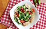 Món ngon mỗi ngày: Đổi vị với gà xào đậu bắp giòn giòn