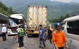 Bình Định: Xe chở khách du lịch Hàn Quốc va chạm với container, 11 người bị thương