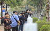 """Theo chân các phóng viên """"săn tin"""" trước thềm Hội nghị thượng đỉnh Mỹ - Triều"""