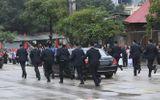 Cận cảnh 12 vệ sĩ áo đen chạy theo xe Chủ tịch Kim Jong-un