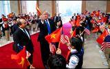 Video: Khoảnh khắc Tổng thống Donald Trump vẫy cờ Việt Nam gây sốt