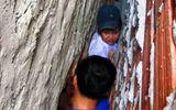 Tin trong nước - Đuổi theo mèo, bé trai 8 tuổi bị mắc kẹt trong khe tường rộng 30cm