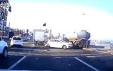 """Tin thế giới - Video: Xe tải và xe bồn """"nghiền nát"""" hàng loạt ôtô con dừng đèn đỏ"""