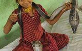 Kinh hãi bé gái 11 tuổi ăn, ngủ cùng rắn hổ mang chúa
