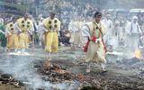 Kỳ lạ lễ hội chân trần đi trên lửa… cầu may