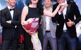 Trương Ngọc Ánh cười thích thú khi Hà Việt Dũng hôn tay
