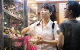 Trang Nhung chọn giày dép bình dân, mua đồ ăn vặt vỉa hè