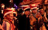 Giới trẻ thủ đô đổ về khu vực Hồ Hoàn Kiếm đón Giáng sinh