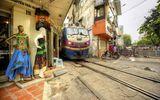 Cảnh người  dân Việt sinh hoạt ngay cạnh đường sắt lên báo Tây