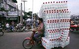Hình ảnh chở đồ cồng kềnh ở Việt Nam lên báo Anh
