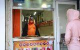 Xôn xao chàng trai giả Trư Bát Giới bán móng giò trên phố