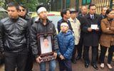 Xét xử vụ TMV Cát Tường: Con trai chị Huyền cầm di ảnh đến dự tòa